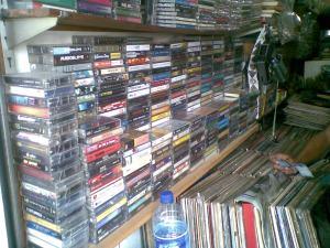 kaset white zombie & machine head ditemukan di rak ini...